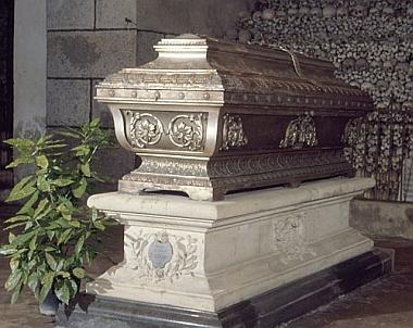 Brucknerův sarkofág v klášteře Sankt Florian, za ním kostnice