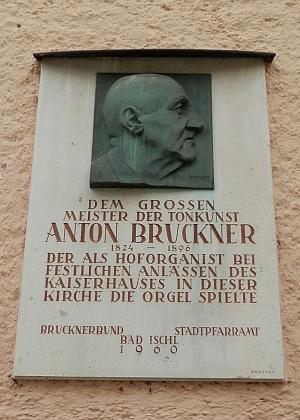 Pamětní deska na kostele v Bad Ischl, kde působil jako varhaník
