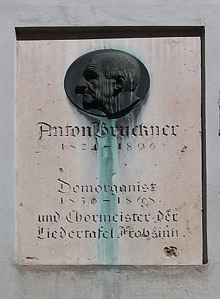 Pamětní desky a varhany ve vídeňských kostelech, kde působil - nahoře městský farní kostel, dole Alter Dom