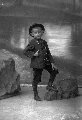 """""""Chlapec Bubl"""" (""""Bubl, Knabe"""") na snímku českokrumlovského fotoateliéru Seidel, pořízeném v září 1904, by sice věkově odpovídal ročníku narození 1900, ale nemusí to být samozřejmě on"""