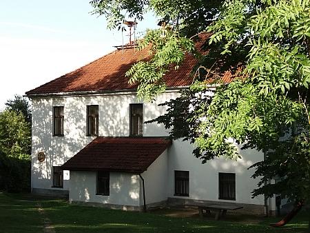 Někdejší škola v Libínském Sedle, kde se narodil a kde jeho otec učil (viz i Viktor Ernst Zimmer)