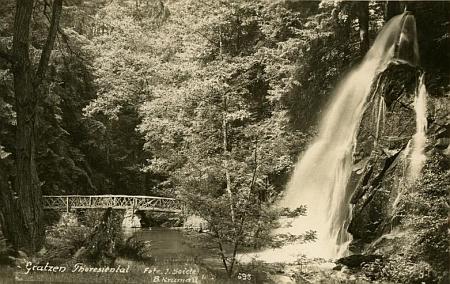 Umělý vodopád v Terčině údolí na pohlednici Josefa Seidela a na snímku z roku 2011