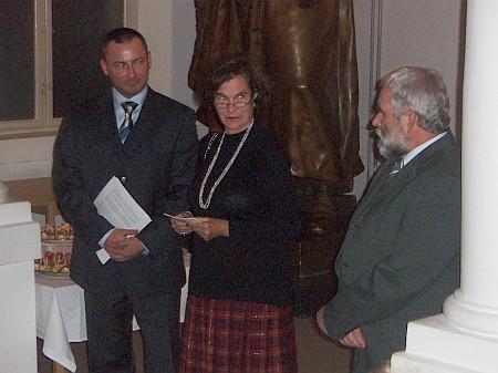 Na vernisáži vystavy o Janu von Buquoyovi v Jihočeském muzeu vříjnu 2007, kterou sama připravila - prvý zleva tu stojí v roli tlumočníka Jiří Franc