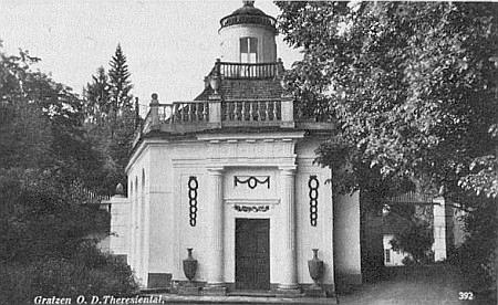"""Na pohlednici z válečných dob, kdy i Tereziino údolí a Nové Hrady patřily k """"župě"""" Ober-Donau, je zachycena budova údolních """"Lázniček"""" v dosud neporušené kráse"""