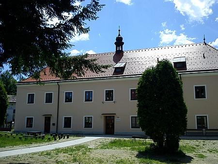 Budova bývalého chudobince v Nových Hradech (dnes školní jídelna) vedle areálu dnešní mateřské školy v původní ulici za městskou hradbou (viz i Bonfilius Wagner)