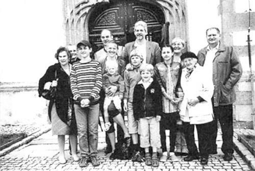 Na skupinovém snímku z roku 2014, pořízeném před kostelem v Nových Hradech, stojí zcela vlevo, vpravo od ní v zákrytu hraběnka Hedwig Buquoyová, její synové Markus a Georg se ženou a třemi dětmi a František Štangl, od roku 2014 ředitel Jihočeského muzea, s rodinou, před ním paní Helene Hager-Stanglová