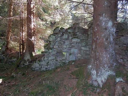 Ruiny mlýna u Pohoří na Šumavě na snímcích z roku 2018