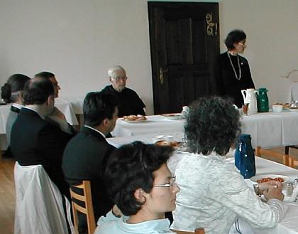 Při sympoziu v Nových Hradech (vpravo), vedle u stolu sedí Bonfilius Wagner