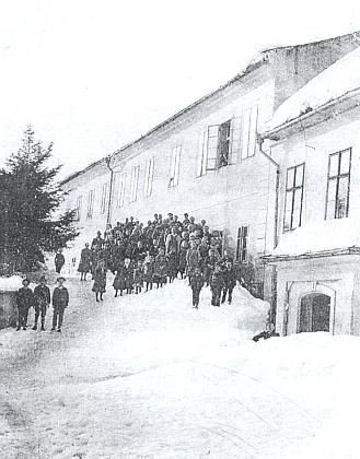Škola v Rychnůvku v zimě roku 1924, kdy tu ještě učil, s dětmi ročníku narození 1911
