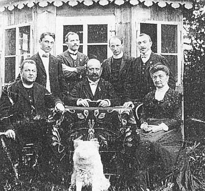 Ještě jako učitel v Rychnůvku kolem roku 1910 (druhý zleva)