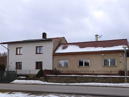 Domy čp. 49 a 50 v Křenově - Bürgerovi bydleli v čp. 49 vlevo, dům byl ale opakovaně přestavován, podle vzpomínek Rudolfa Herbsta měl původně podobu sousedního domu, patřícího tehdy Julii Reidingerové, oba byly postaveny roku 1928 (toho roku Johann Valentin zaznamenal vkronice i převzetí tabákové trafiky od hospodského Vojtěcha Pupetera právě Ludwigovým otcem Josefem Bürgerem)