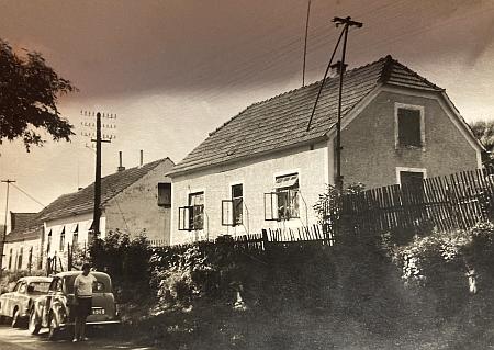 Snímek přibližně z roku 1967 zachycuje při levém okraji původní podobu domu Ludwiga Bürgera v Křenově čp. 49