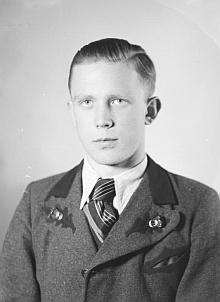 Jako sedmnáctiletý na snímku ze Seidelova fotoateliéru, datovaném 29.prosince1941