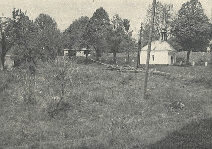 Kaple Bolestné Matky Boží v Suši a její vnitřek na snímku z roku 1967...