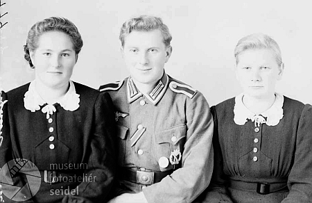 """Snímek s datem 22. listopadu 1944 z fotoateliéru Seidel ho zachycuje v uniformě wehrmachtu zřejmě na dovolené z fronty a v popisu nechybí ani adresa """"Putschen 11"""""""