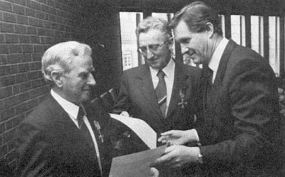 Při udělování Spolkového kříže za zásluhy r. 1985