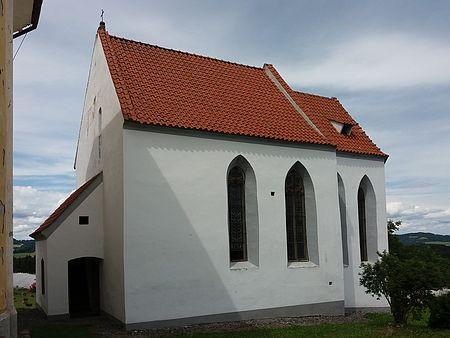 Gotická kaple Narození Panny Marie vedle kostela ve Svérazi...