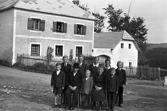 Na rodinném snímku stojí vzadu druhý zleva