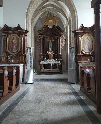 Interiér kaple v roce 2020 i s kohoutím křížem