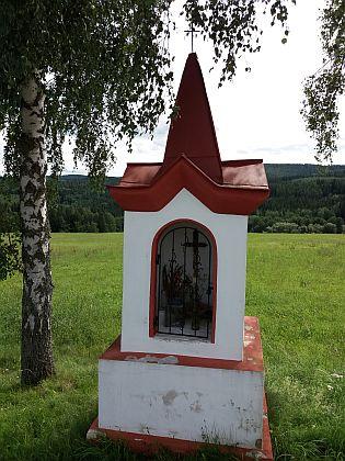 Základy nejjižnějšího statku u silnice na Světlík a kaplička na východním okraji zaniklé obce