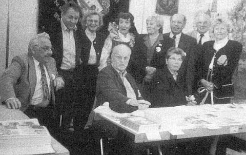 """On je ten sedící uprostřed skupiny """"Heimatgemeinde Neuern"""" při informačním stánku na Sudetoněmeckém sněmu v Mnichově roku 1995"""