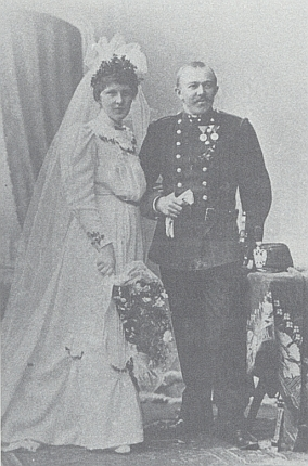"""Jeho děd Zdenko Burkon, c.k. """"financ"""",  a jeho žena Amalie, roz. Zippeliusová, na snímku z jejich svatby roku 1906..."""