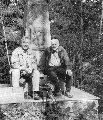 """V květnu 2008 u """"nýrského"""" památníku na Stangenrucku sedí napravo od zastupujícího zemského rady okresu Cham Egida Hofmanna"""