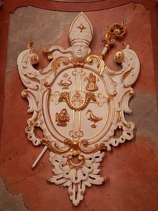 Jeho opatský znak v klášterním kostele