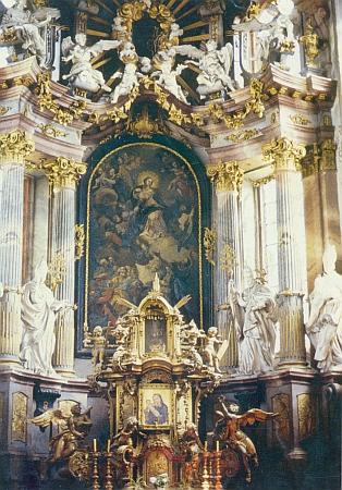 Oltář klášterního chrámu Nanebevzetí Panny Marie veZlaté Koruně s gotickou malbou Madony zlatokorunské (viz i Rutger)