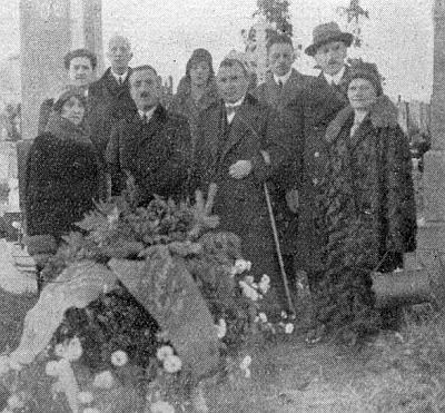 Tady stojí druhý zleva (prvý zleva v druhé řadě) u hrobu Josefa Gangla ve Vídni