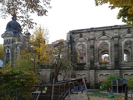 Ruiny stejnojmenného kostela leží jen několik desítek metrů od hřbitovní zdi, u níž je pohřben; kostel byl těžce poškozen během náletu v roce 1945