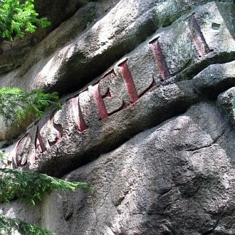 Jeho jméno na skalním úbočí hory Mandelstein připomíná básníkovy pobyty u jeho rodičů veWeitře