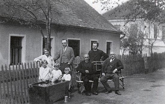 Učitelský sbor školy na Libínském Sedle v roce 1929, zprava řídící učitel Viktor Zimmer, kaplan Neubauer, farář Karl Ammann, Ignaz Cely, jeho žena Maria a tři dcery (viz i  Otto Tanzer)