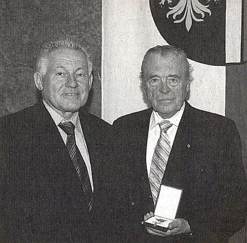 Roku 2007 byl vyznamenán hejtmanem Pühringerem Zlatým záslužným odznakem