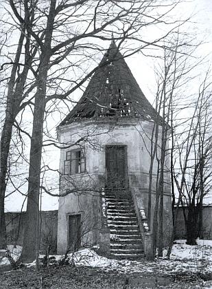 Pavilon v parku němčického zámku na snímku z roku 1968 má ještě alespoň střechu