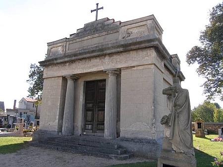 Pohřební kaple sv. Kříže rodiny Chotků na hřbitově v Nových Dvorech