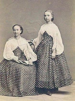 Stojící se sestrou Gabrielou na snímku z roku 1862