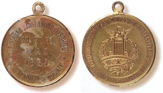 Medaile (1887) ke slavnosti sdružení Deutscher Sängerbund in Böhmen, na jejímž rubu je při okraji značeno Präge Christlbauer