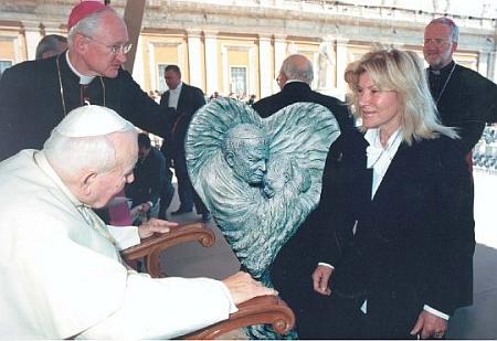 """Návštěvou u papeže Jana Pavla II., jemuž darovala svou plastiku """"Srdce světa"""""""