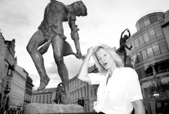 Na pražském Ovocném trhu v roce 2000 své sochy pro připravovanou kašnu nejprve jen vystavila...