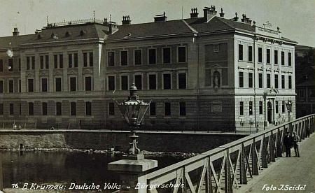 Pohlednice Josefa Seidela, zachycující budovu chlapecké měšťanské školy v Českém Krumlově, byla vlepena doškolní kroniky v roce 1934 (viziKarlSchacherl, Peter Scherb aJosef Skopek)