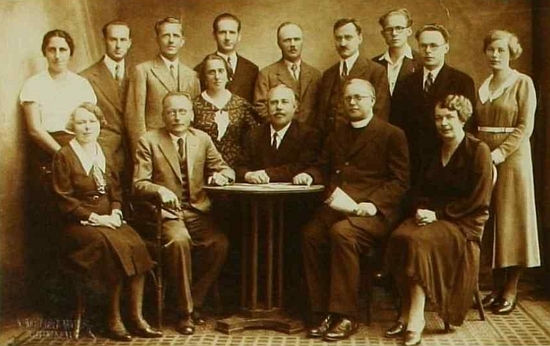 Na snímku učitelského sboru českokrumlovské chlapecké obecné a měšťanské školy ve školním roce 1933/1934 stojí uprostřed řady hned zaředitelemChynou