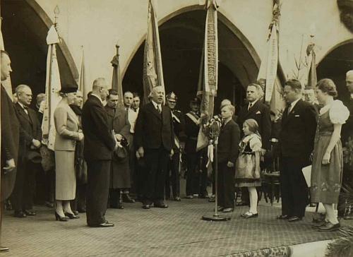 Tady ho vidíme uprostřed snímku z přivítání prezidenta Beneše s chotí roku 1937 před českokrumlovskou radnicí