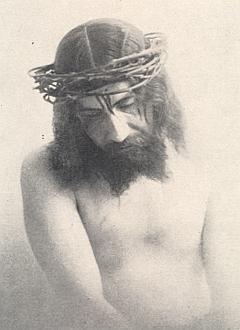 Jiný snímek, zachycující Cipina vroli Kristově s trnovou korunou (viz i Josef Eibensteiner)