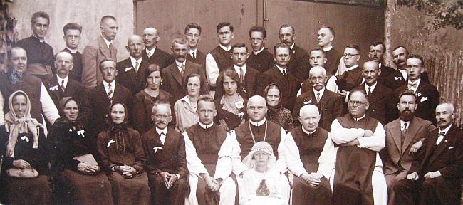 Snímek z Hořic na Šumavě někdy mezi světovými válkami ho zachycuje v první řadě druhého zprava ve vzácné společnosti nalevo od něho sedícího Benedikta Kastnera, Pauluse Heinricha a vyšebrodského opata Tecelina Jaksche