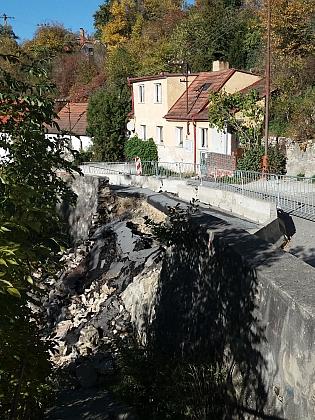 V roce 2017 došlo po letních deštích ke zřícení opěrné zdi nad Křemežským potokem a části silnice právě před Cipinovým rodným domem