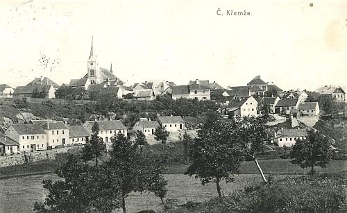 Rodná Křemže na staré pohlednici, rodný dům uprostřed snímku u silnice