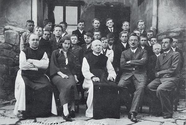 Pan řídící Cipin tu sedí druhý zprava, hned vedle něho nalevo děkan Paulus Heinrich, za nimi žáci ročníku narození 1922-1923 z Hořic na Šumavě