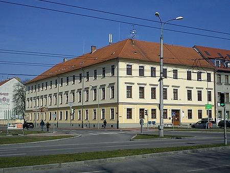 Současná podoba ústavu hluchoněmých na Mariánském náměstí v Českých Budějovicích vznikla po přestavbě Jakoba Stabernaka