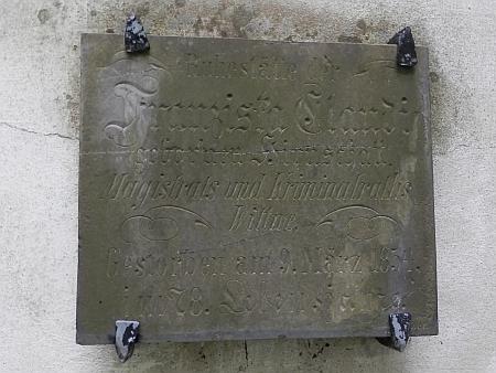 Hrob na českobudějovickém staroměstském hřbitově se nedochoval, snímky zachycují rodinnou hrobku jeho bratra Friedricha (1808-1842), jednoho zprvních lékařů městské nemocnice (prostřední hrobka ve skupině tří vyšších) a náhrobní desku matčinu